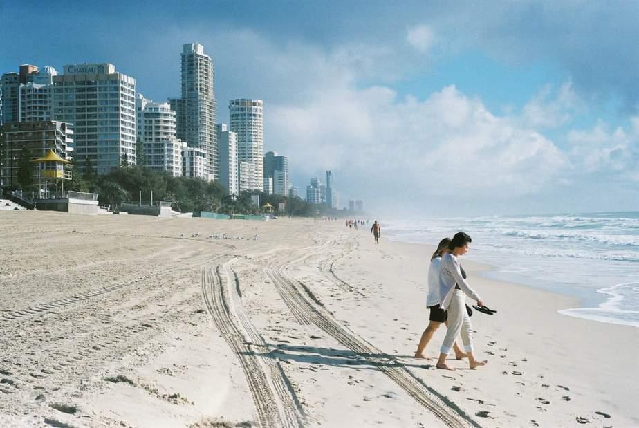 Un par de personas en una playa  Descripción generada automáticamente